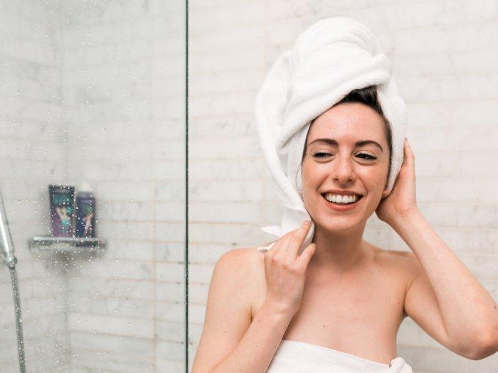 Tiga Tips Menggunakan Kaus Untuk Mengeringkan Rambut