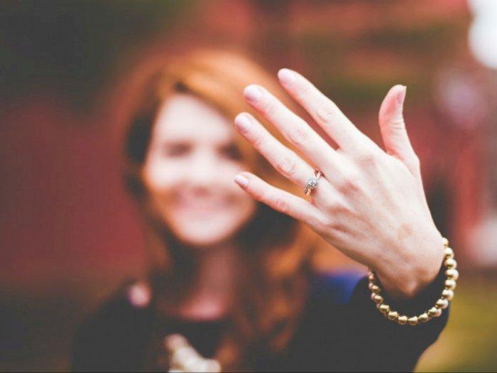 Mengungkap Alasan Wanita Memakai Cincin Pertunangan di Jari Manis Kiri