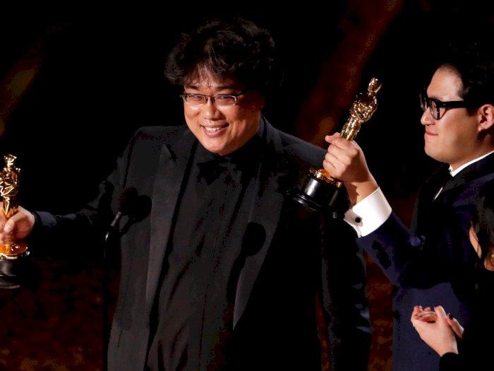 Sutradara Parasite Sempat Terkesima Memegang Piala Oscar Pertamanya