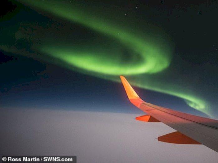 Penumpang Pesawat Berhasil Memotret Aurora Borealis dari Jendela Kabin