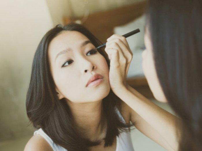 Cara Sederhana Mengatasi Eyeliner yang Kering, Cukup 1 Menit