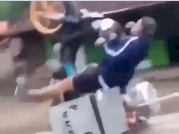 Abang Tukang Bakso Ini Jatuh  dari Motor Karena Gagal Lakukan Wheelie
