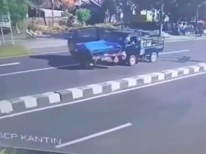 Duh! Dua Mobil Pickup Ini Saling Tabrakan Karena Tidak Mau Mengalah di Jalan