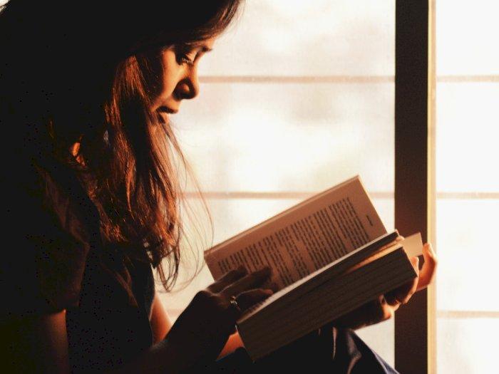 Selamat Hari Buku Nasional, Yuk Bikin Membaca Jadi Hobi Kamu!