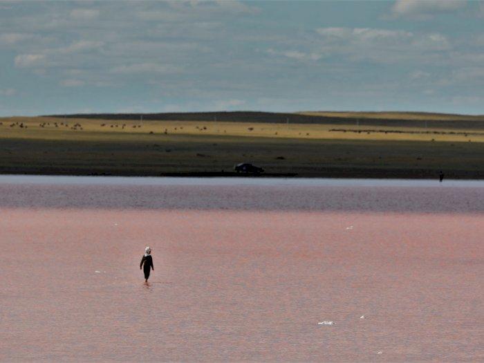 FOTO: Pesona Danau Kobeituz yang Berwarna Merah Muda