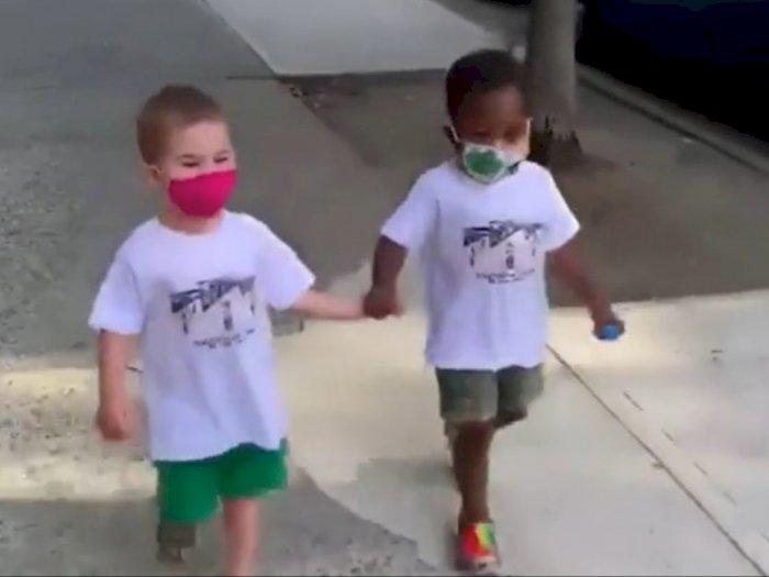 Sempat Viral karena Berpelukan di Jalan, Dua Bocah Ini Kini Jadi Bintang Iklan