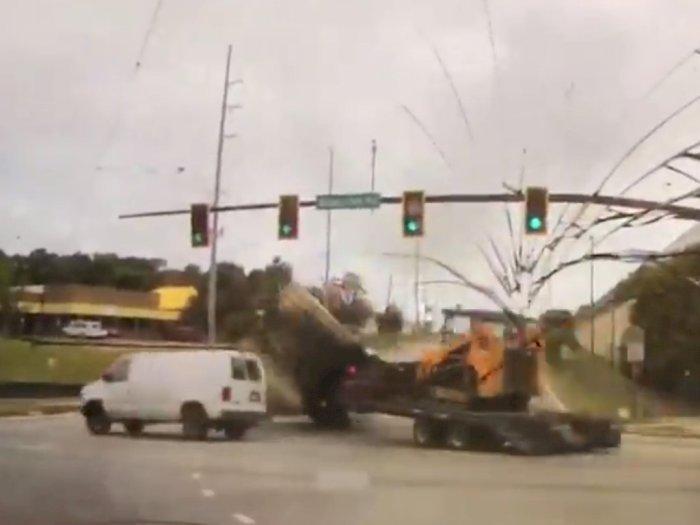 Viral! Video Detik-detik Kecelakaan Truk Terguling dan  Seruduk Mobil Polisi