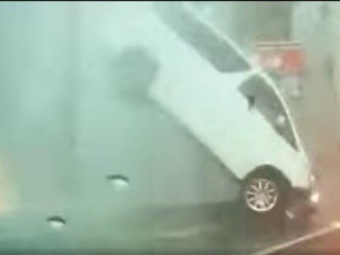 Miris! Detik-detik Mobil Terpental Akibat Semburan Air yang Muncul Secara Tiba-tiba