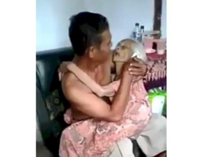 Terharu, Seorang Nenek Minta Digendong Anaknya, Tertidur di Pangkuan dan Pelukan si Anak