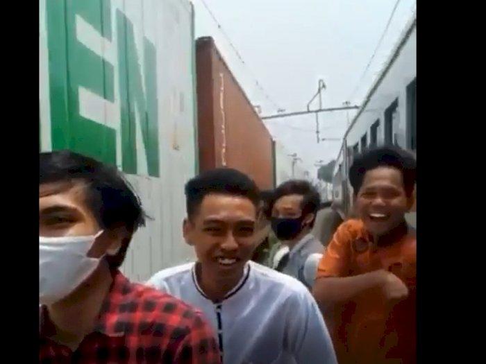 Viral, Sejumlah Pemuda Asik Tertawa di Antara Gerbong Kereta Api