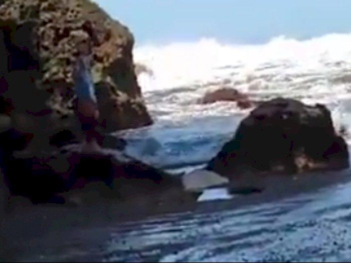 Lagi Asyik Selfie di Atas Karang, Seorang Mahasiswi Hilang Terseret Ombak Pantai Kebumen