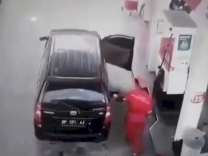Detik-detik Mobil Terbakar saat Isi BBM di SPBU, Netizen Salut dengan Aksi Heroik Sopir