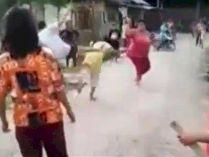 Video Seorang Ibu Ditendang Bocah sampai Tersungkur, Warga Cuma Menonton Tanpa Menolong
