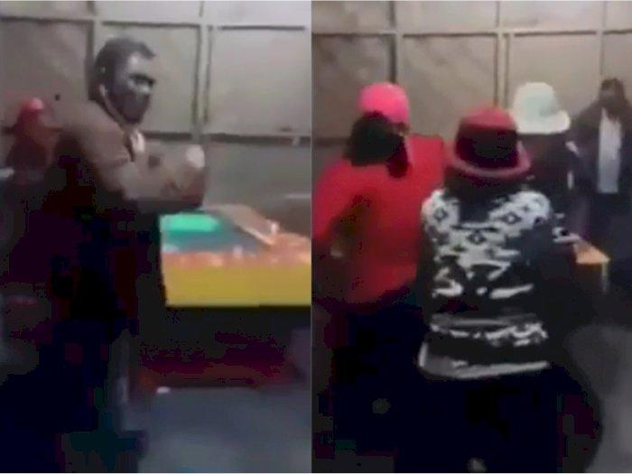 Viral Video Emak-emak Hancurkan Tempat Judi Tembak Ikan, Netizen: Gangster Kalah