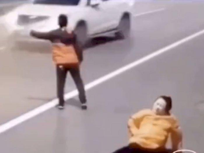 Video Haru Anak Berlutut Minta Tumpangan Ibunya Mau Melahirkan di Jalan, Netizen Nangis