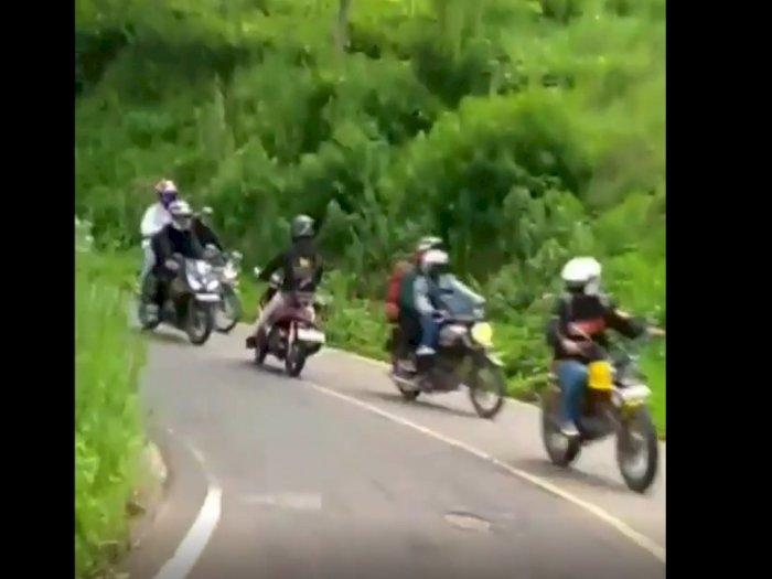 Pengendara Ini Gagal Belok, Malah Nabrak Pengendara Sepeda Motor Lain dan Dia pun Jatuh
