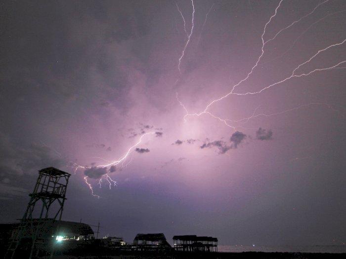FOTO: Potensi Hujan Petir di Laut Jawa