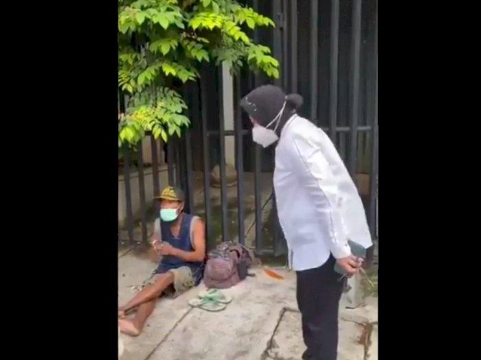 Video Menteri Sosial Risma Blusukan ke Pemulung, Netizen Gagal Fokus dengan Ponselnya