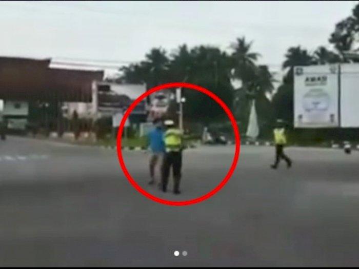 Seorang Pria Diduga Mabuk Menyerang Petugas Polisi Saat Bertugas, Anak Menangis Ketakutan