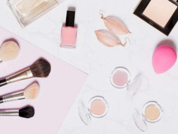 Ini Bedanya Mengaplikasikan Foundation dengan Brush dan Beauty Blender!