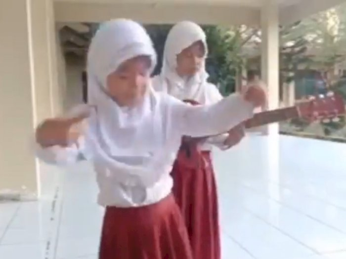 Video Dua Perempuan SD Lihai Bernyanyi Lagu Bansos, Menteri dan Maling, Sila Dengarkan