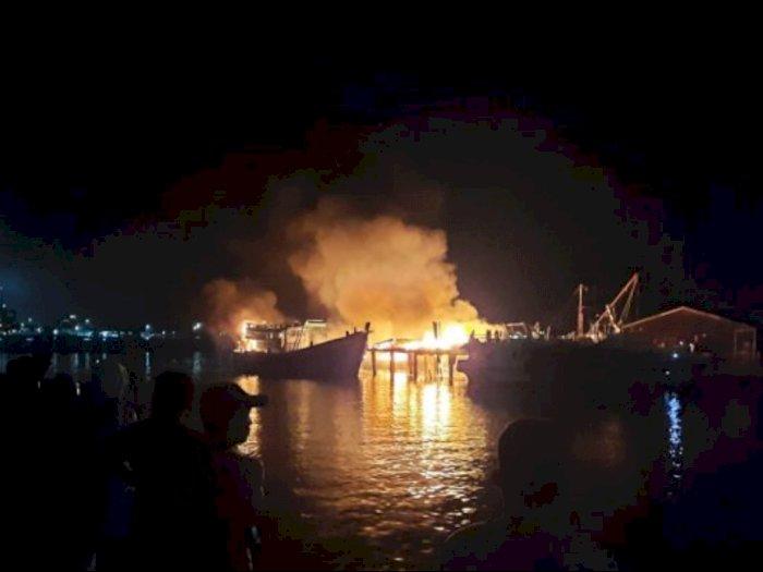 Diduga karena Arus Pendek Listrik, Api Lahap Bengkel Galangan Kapal di Kampung Bugis