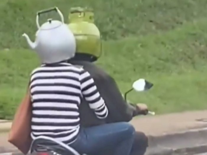 Pakai Helm Bentuk Gas Melon dan Teko, Pasangan Unik Ini Jadi Sorotan Netizen