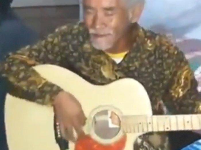 Video Suara Merdu Seorang Kakek Bawakan Lagu 'Hari Kiamat' dengan Petikan Gitar