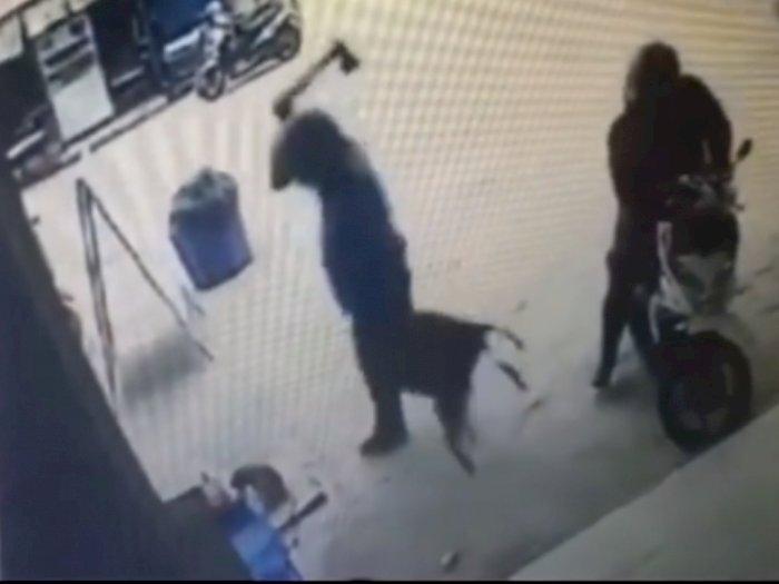 Sadis! Rekaman CCTV Pria Bunuh Kucing dengan Kampak, Dihantam Berkali-kali