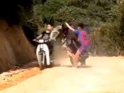 Ugal-ugalan Standing Motor, Remaja Ini Tabrak Pengendara Lain, Korban Terperosok ke Parit