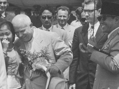Foto Masa Muda Megawati saat Dipeluk PM Uni Soviet Khrushchev Curi Perhatian Netizen