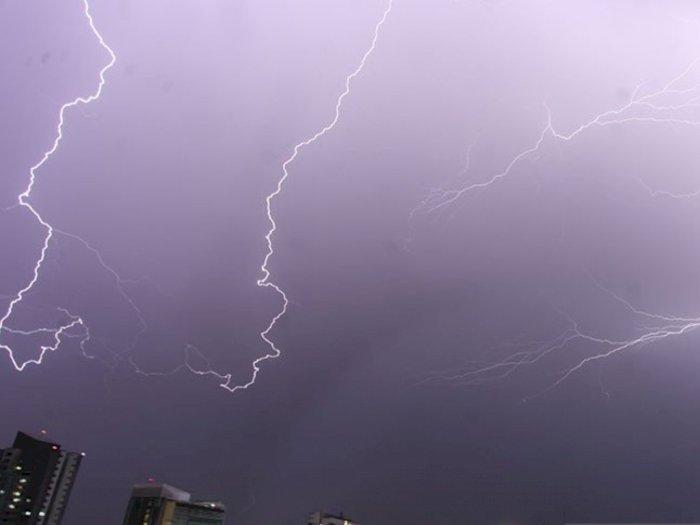 Prakiraan Cuaca Jakarta Hari Ini: Waspadai Hujan Petir di 3 Wilayah