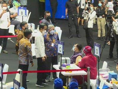 Jokowi Tinjau Vaksinasi Covid-19 Wartawan di GBK