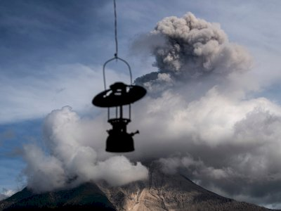 FOTO: Gunung Sinabung Semburkan Material Vulkanik