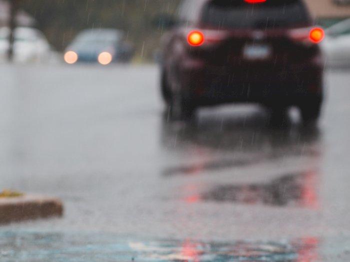 Berkendara saat Musim Hujan, Hati-hati dengan 3 Bahaya Berikut Ini