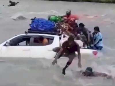 Duh, Mobil Pajero Sport Terobos Sungai Meluap Malah Hanyut Terbawa Arus Bersama Penumpang