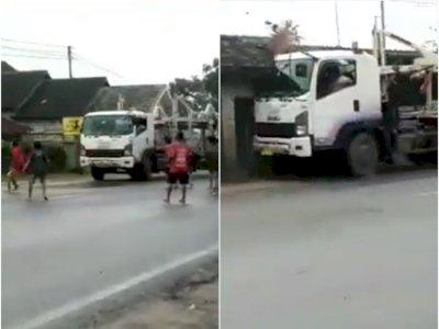 Video Truk Melaju Kencang Tabrak Rumah Warga Gara-gara Dihadang Bocah di Tengah Jalan