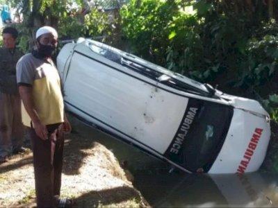Astaga! Mobil Ambulans Terjun ke Sungai, Tiga Orang Terluka, Sopir Diduga Mengantuk