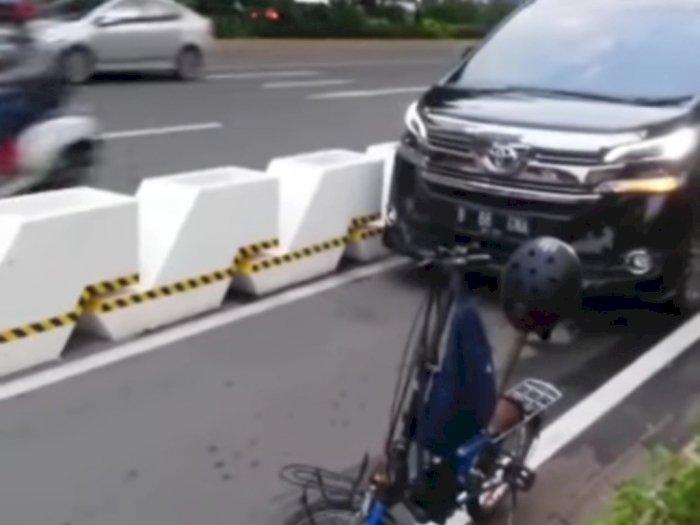 Viral Mobil Paksa Masuk Jalur Sepeda Permanen di Jalan Sudirman