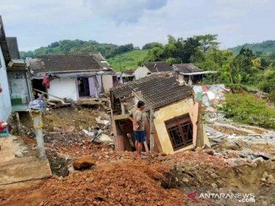 Akibat Tanah Longsor di Gubungpati Delapan Rumah Roboh