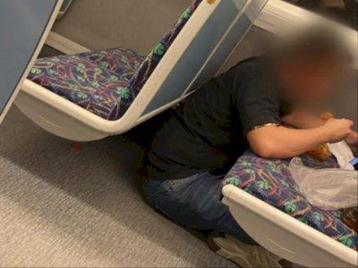 Jadi Tontonan Penumpang, Pria Ini Santai Makan di Kursi Kereta dan Duduk Bersila di Lantai