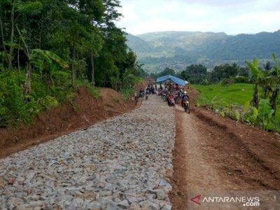 Akhirnya! Setelah Puluhan Tahun Terbengkalai, Pemkab Garut Perbaiki Jalan Rusak