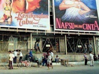 Foto Jadul Banner Film Dewasa Terpampang Jelas, Netizen Malah Salfok Gambar Sensual