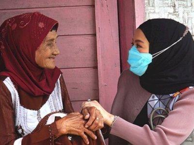 Istri Denny Cagur Terenyuh Lihat Kondisi Nenek Tua yang Hidup Sebatang Kara, Miris