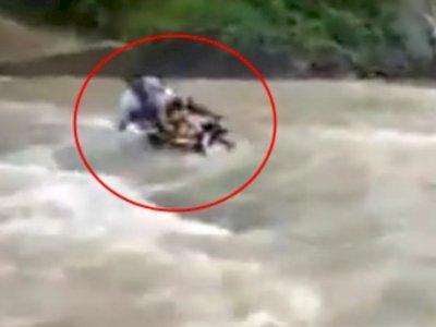 Perjuangan Guru Honorer di Sukabumi Terobos Arus Sungai Ini Bikin Terharu