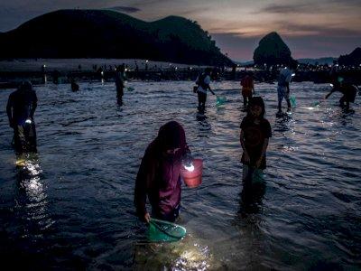 FOTO: Tradisi Bau Nyale di NTB