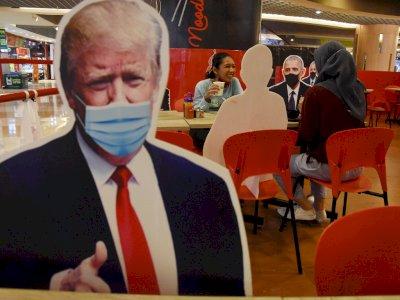 FOTO: Pembatas Pengunjung Restoran Bergambar Kepala Negara