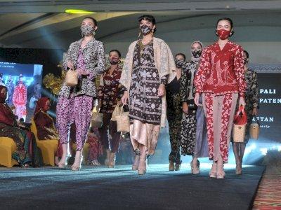 FOTO: Fashion Show Kain Khas Sumatera Selatan