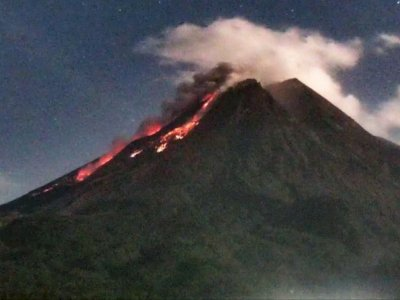 Gunung Merapi Luncurkan 13 Kali Guguran Lava Pijar Sejauh 1 Km
