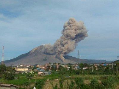 Sinabung Erupsi 2 Kali, Teramati dengan Luncuran Sejauh 1.000 Meter dan Warna Asap Kelabu